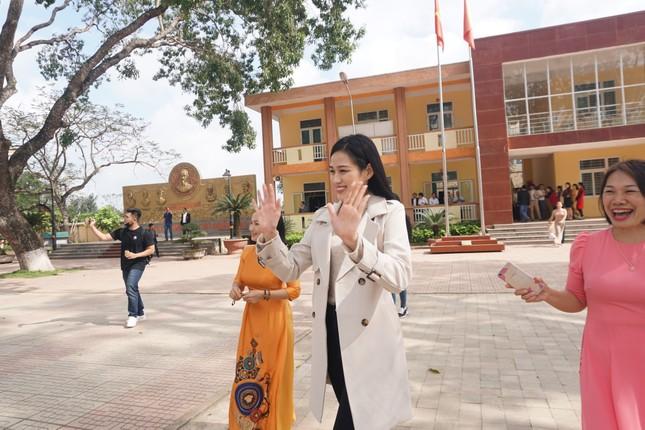 Hoa hậu Đỗ Thị Hà và hai Á hậu được fan nhí vây quanh trong chuyến từ thiện tại Thanh Hoá ảnh 8