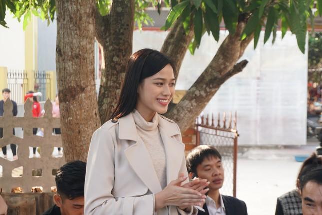 Hoa hậu Đỗ Thị Hà và hai Á hậu được fan nhí vây quanh trong chuyến từ thiện tại Thanh Hoá ảnh 9
