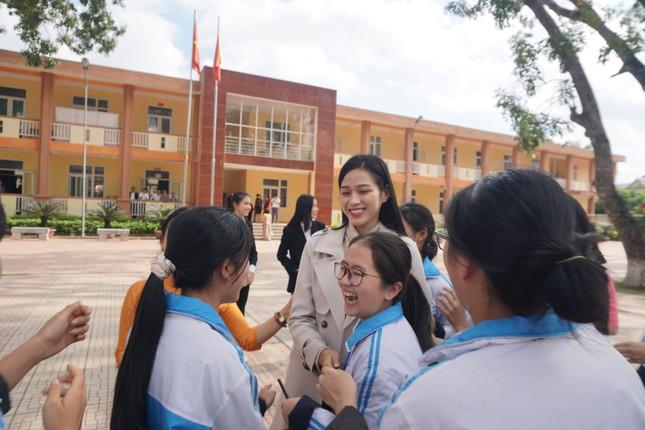 Hoa hậu Đỗ Thị Hà và hai Á hậu được fan nhí vây quanh trong chuyến từ thiện tại Thanh Hoá ảnh 11