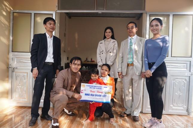 Hoa hậu Đỗ Thị Hà và hai Á hậu được fan nhí vây quanh trong chuyến từ thiện tại Thanh Hoá ảnh 5