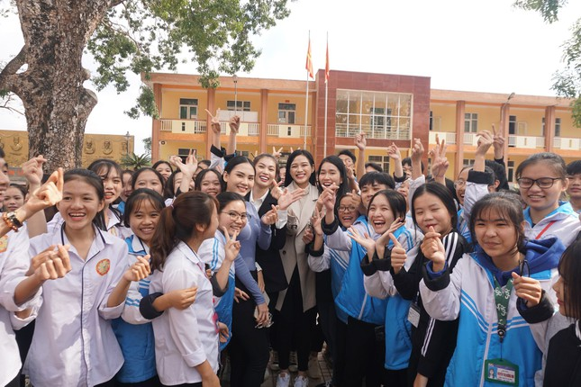 Hoa hậu Đỗ Thị Hà và hai Á hậu được fan nhí vây quanh trong chuyến từ thiện tại Thanh Hoá ảnh 10