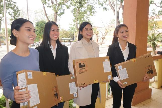 Hoa hậu Đỗ Thị Hà và hai Á hậu được fan nhí vây quanh trong chuyến từ thiện tại Thanh Hoá ảnh 6