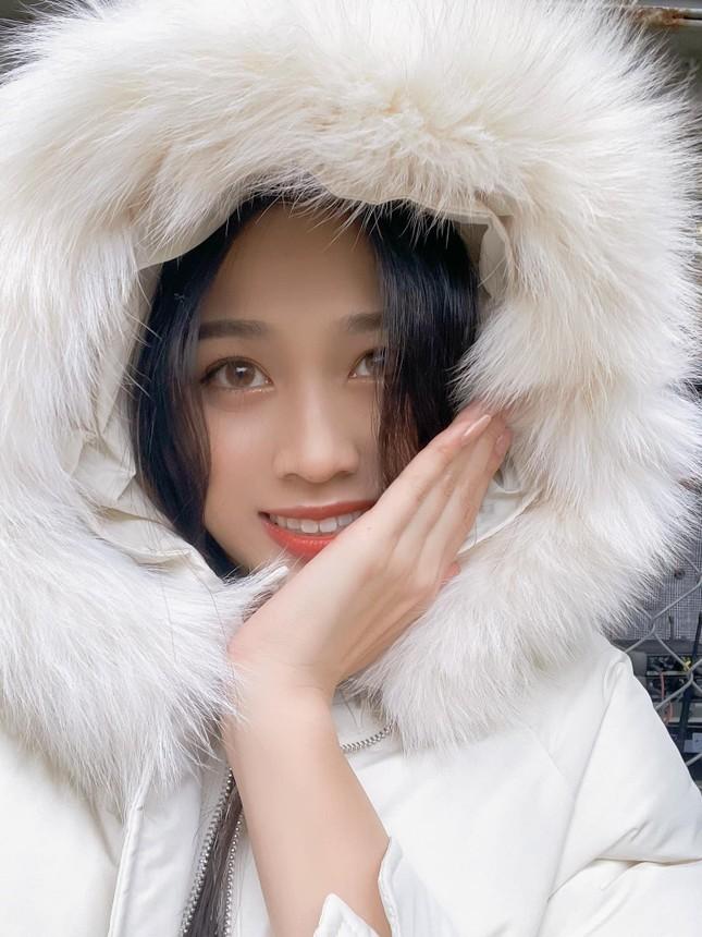 Xem bóng đá ở trường, Hoa hậu Đỗ Thị Hà vẫn cực kỳ xinh đẹp dù ăn mặc giản dị ảnh 8