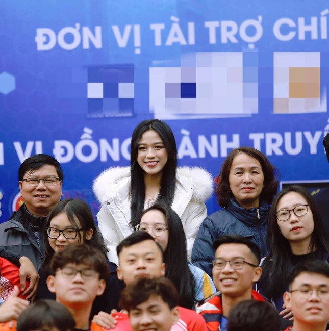 Xem bóng đá ở trường, Hoa hậu Đỗ Thị Hà vẫn cực kỳ xinh đẹp dù ăn mặc giản dị ảnh 5