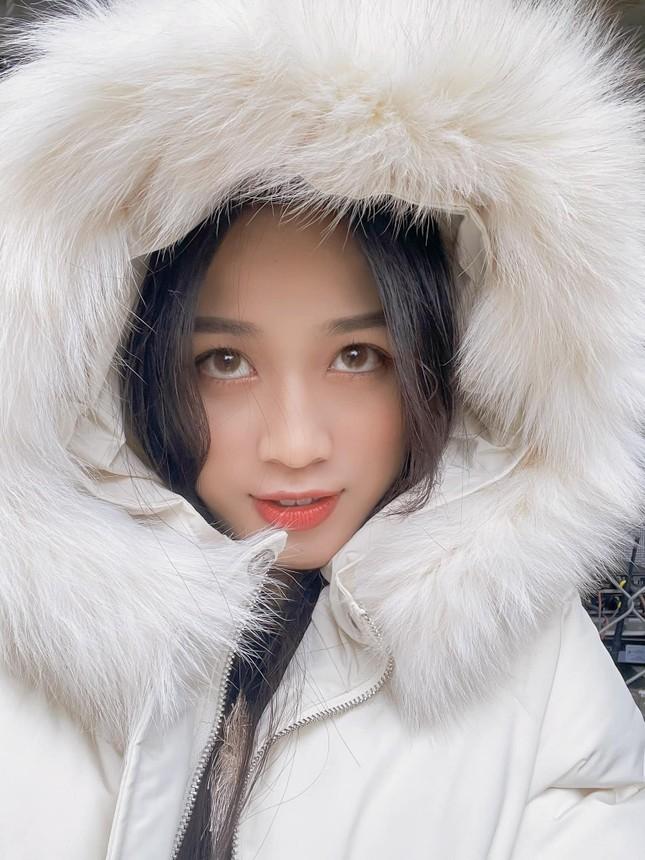 Xem bóng đá ở trường, Hoa hậu Đỗ Thị Hà vẫn cực kỳ xinh đẹp dù ăn mặc giản dị ảnh 9