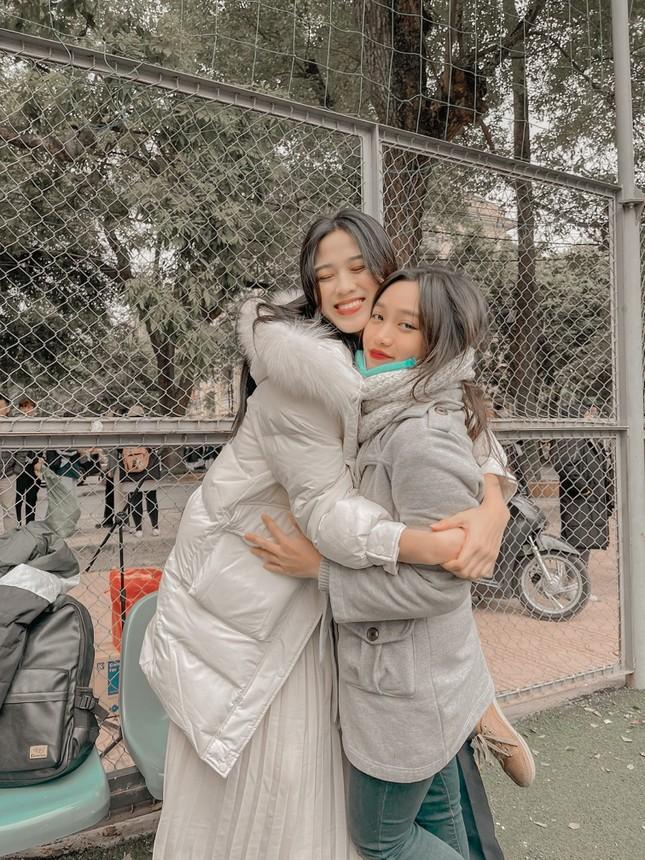 Xem bóng đá ở trường, Hoa hậu Đỗ Thị Hà vẫn cực kỳ xinh đẹp dù ăn mặc giản dị ảnh 7