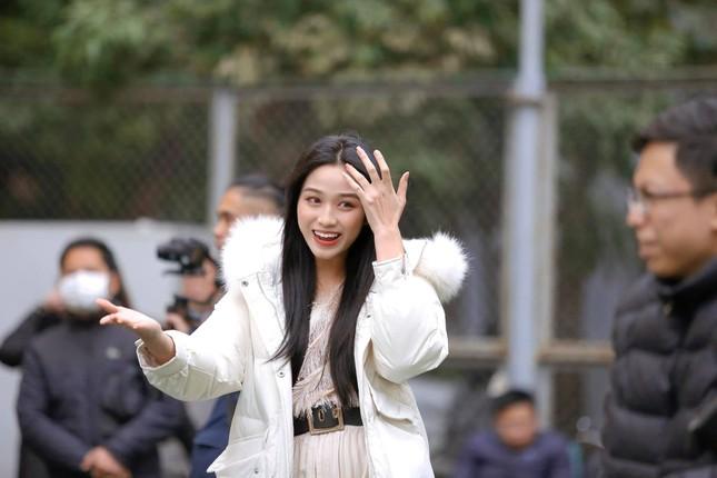 Xem bóng đá ở trường, Hoa hậu Đỗ Thị Hà vẫn cực kỳ xinh đẹp dù ăn mặc giản dị ảnh 1