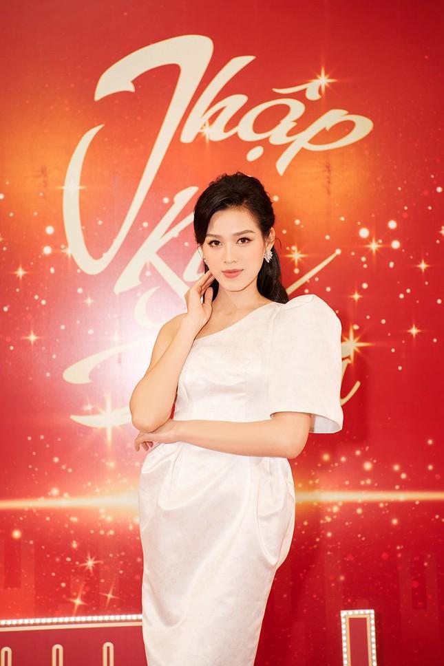 Hoa hậu Đỗ Thị Hà diện đầm lệch vai quyến rũ ngọt ngào ảnh 2