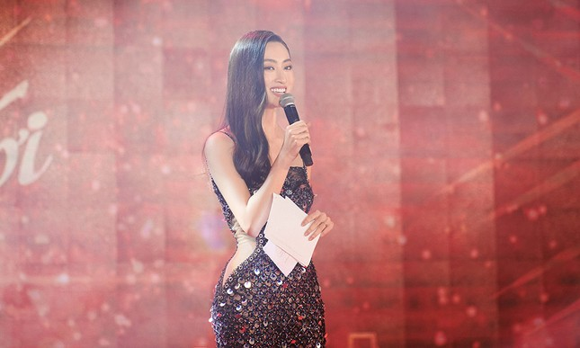 Hoa hậu Đỗ Thị Hà diện đầm lệch vai quyến rũ ngọt ngào ảnh 8