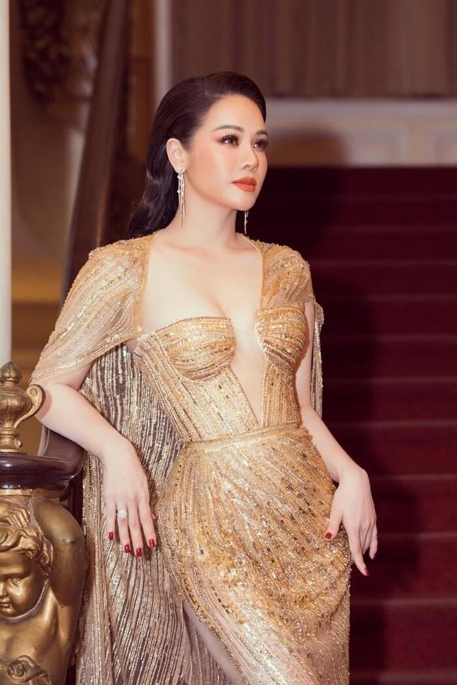 'Đụng hàng' tới 5 mỹ nhân showbiz, Á hậu Phương Anh vẫn được khen đẹp tựa 'nữ thần' ảnh 9