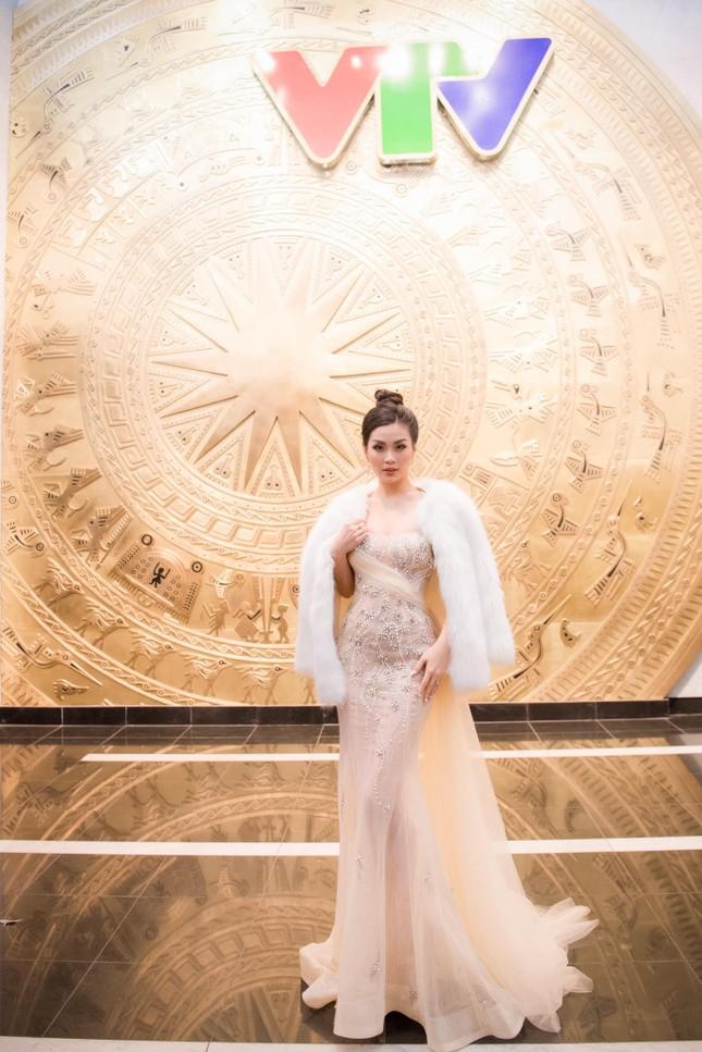 Đỗ Thị Hà mặc đồng phục giản dị đến trường, Lương Thuỳ Linh khoe vai trần gợi cảm với váy yếm ảnh 11