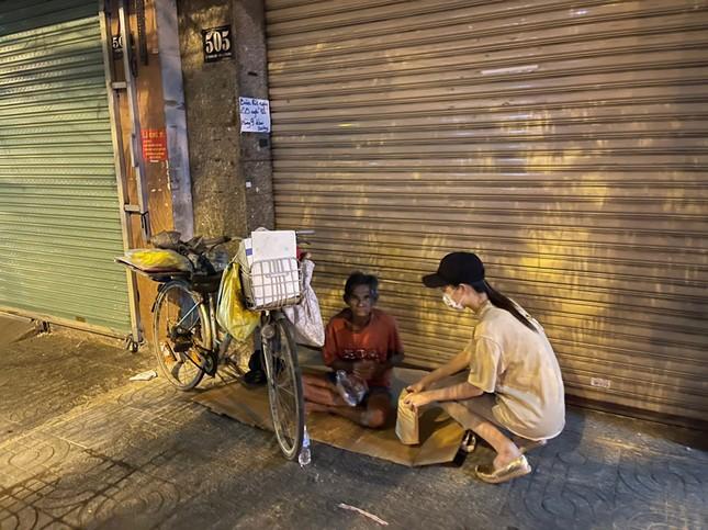 Tiểu Vy, Lương Thùy Linh giản dị đi xe máy trao quà Tết cho người vô gia cư trong đêm ảnh 4