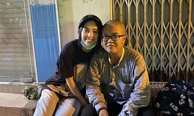 Tiểu Vy, Lương Thùy Linh giản dị đi xe máy trao quà Tết cho người vô gia cư trong đêm ảnh 2