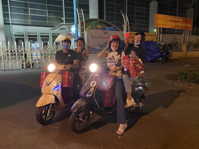 Tiểu Vy, Lương Thùy Linh giản dị đi xe máy trao quà Tết cho người vô gia cư trong đêm ảnh 1