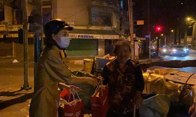 Tiểu Vy, Lương Thùy Linh giản dị đi xe máy trao quà Tết cho người vô gia cư trong đêm ảnh 7