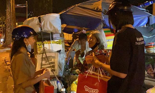Tiểu Vy, Lương Thùy Linh giản dị đi xe máy trao quà Tết cho người vô gia cư trong đêm ảnh 8