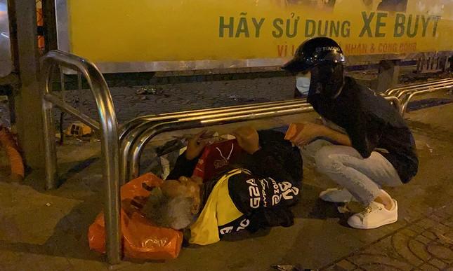 Tiểu Vy, Lương Thùy Linh giản dị đi xe máy trao quà Tết cho người vô gia cư trong đêm ảnh 3