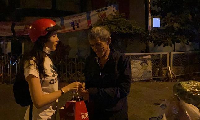 Tiểu Vy, Lương Thùy Linh giản dị đi xe máy trao quà Tết cho người vô gia cư trong đêm ảnh 6