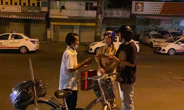 Tiểu Vy, Lương Thùy Linh giản dị đi xe máy trao quà Tết cho người vô gia cư trong đêm ảnh 5