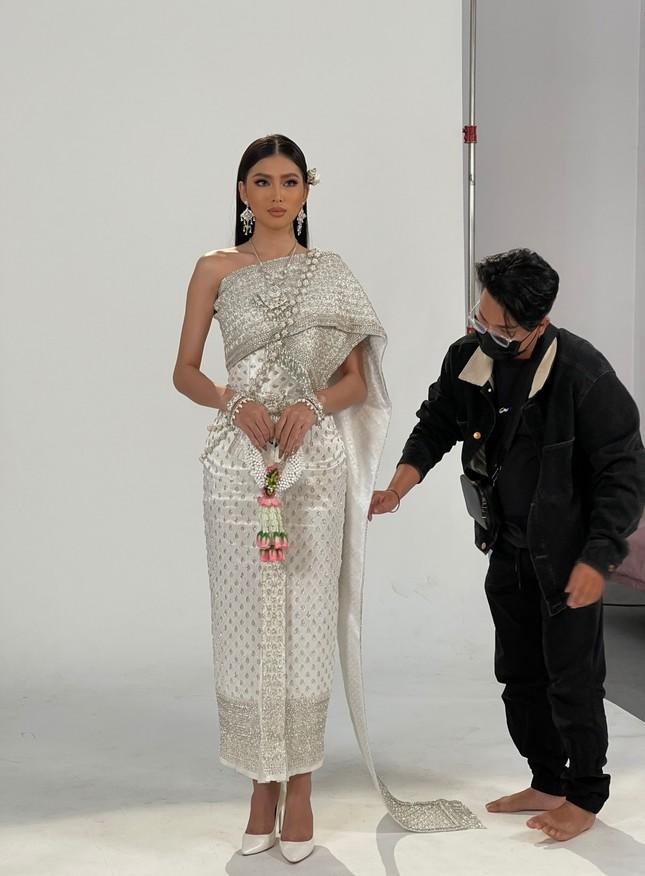 Sau màn catwalk lốc xoáy 3 vòng, Á hậu Ngọc Thảo hóa thân thành gái Thái xinh đẹp khiến fans trầm trồ ảnh 1