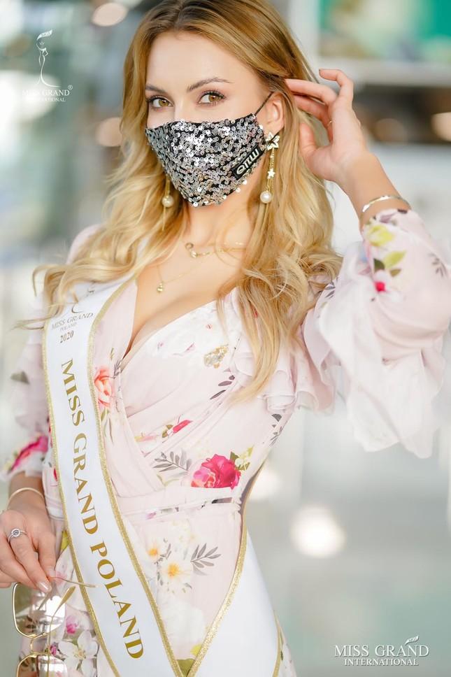 Ngày thứ 2 cách ly ở Thái, Ngọc Thảo diện váy sequin lấp lánh khoe chân dài 1m11 'cực phẩm' ảnh 7