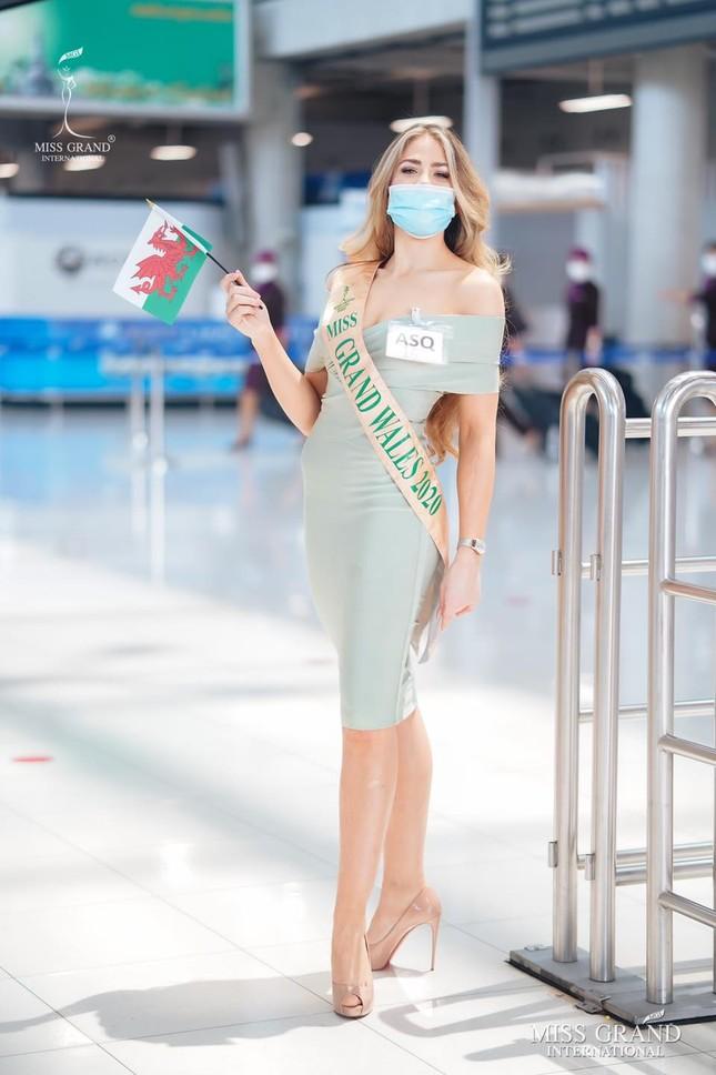 Ngày thứ 2 cách ly ở Thái, Ngọc Thảo diện váy sequin lấp lánh khoe chân dài 1m11 'cực phẩm' ảnh 8