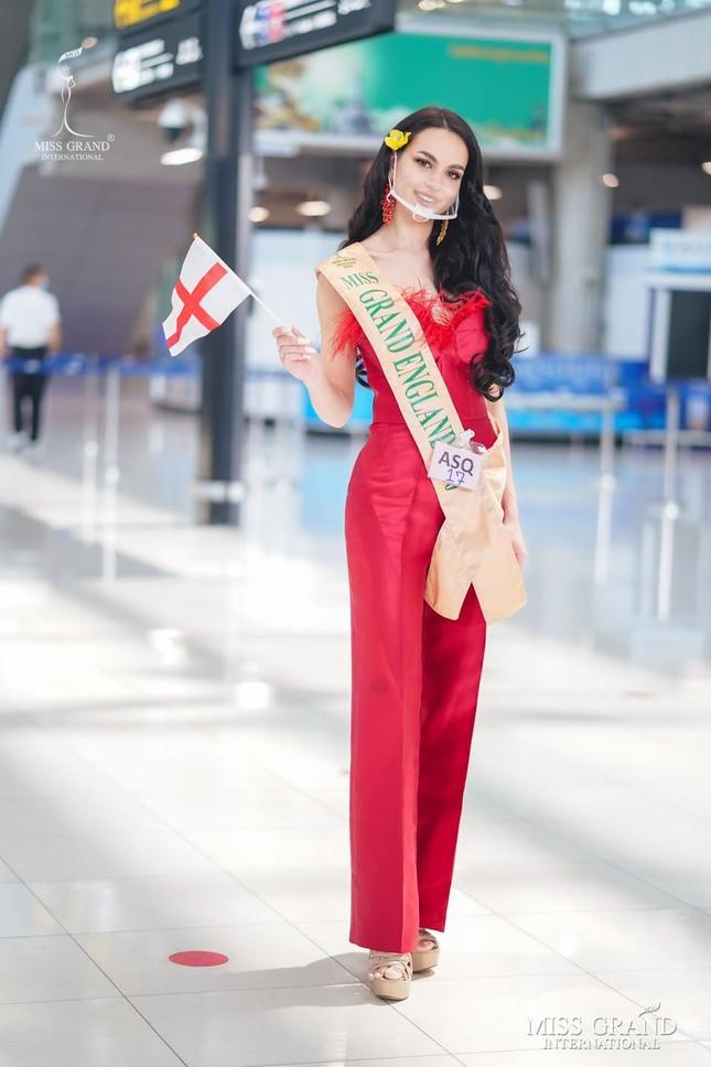 Ngày thứ 2 cách ly ở Thái, Ngọc Thảo diện váy sequin lấp lánh khoe chân dài 1m11 'cực phẩm' ảnh 9