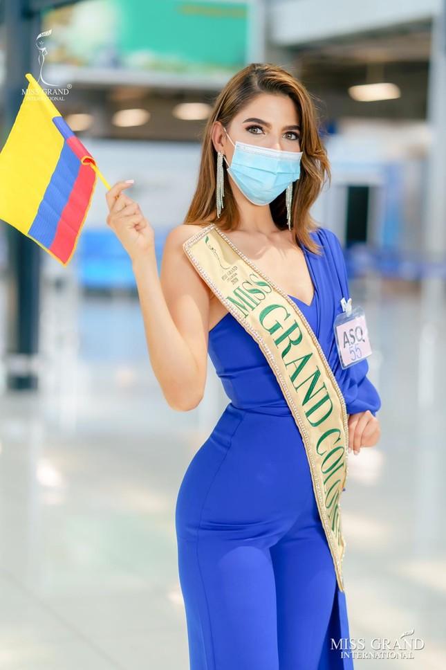 Ngày thứ 2 cách ly ở Thái, Ngọc Thảo diện váy sequin lấp lánh khoe chân dài 1m11 'cực phẩm' ảnh 10