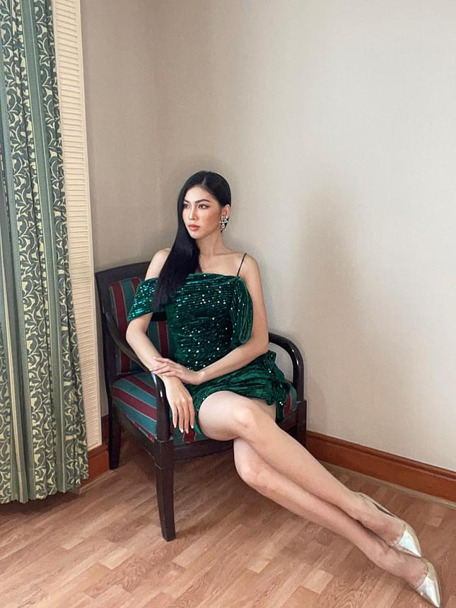 Ngày thứ 2 cách ly ở Thái, Ngọc Thảo diện váy sequin lấp lánh khoe chân dài 1m11 'cực phẩm' ảnh 3