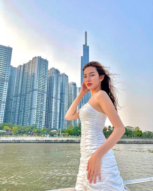Hoa hậu Diễm Hương nóng bỏng với áo tắm, Người đẹp Nhân ái Thùy Tiên quyến rũ trên du thuyền ảnh 4