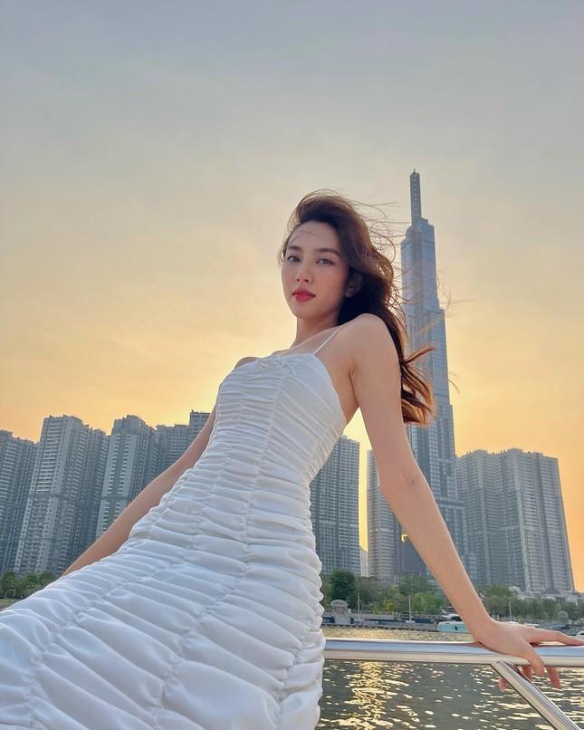 Hoa hậu Diễm Hương nóng bỏng với áo tắm, Người đẹp Nhân ái Thùy Tiên quyến rũ trên du thuyền ảnh 3