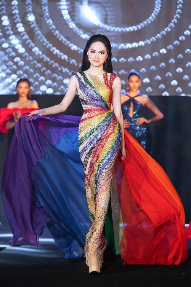 Mặc lại váy lục sắc của Hương Giang, Ngọc Thảo nổi bật tại buổi chụp hình ở Miss Grand ảnh 6