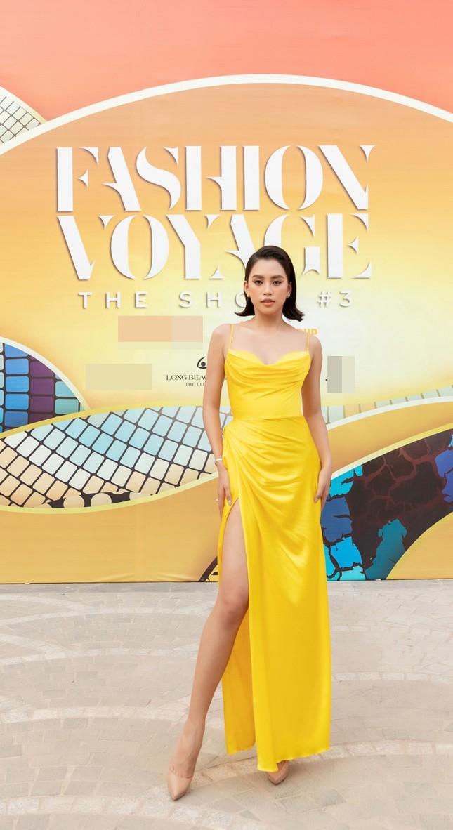 Dàn Hoa, Á hậu cùng diện sắc vàng khoe body nóng bỏng trên thảm đỏ thời trang ảnh 2