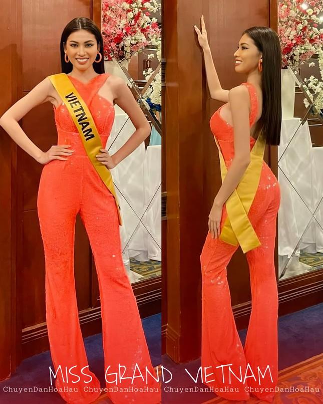 Sau 3 lần 'đụng hàng' Hương Giang, Ngọc Thảo mặc lại jumpsuit của Hoàng Thùy ở Miss Grand ảnh 6