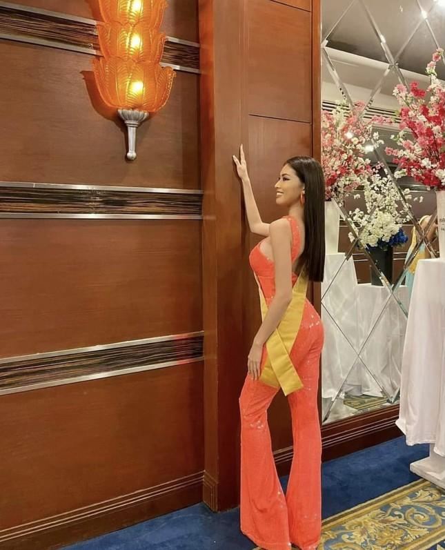 Sau 3 lần 'đụng hàng' Hương Giang, Ngọc Thảo mặc lại jumpsuit của Hoàng Thùy ở Miss Grand ảnh 4