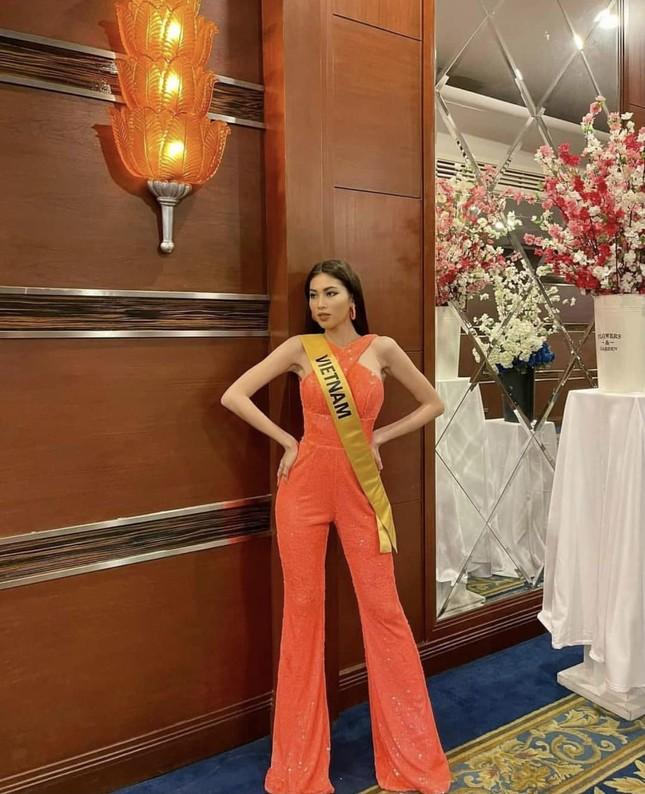 Sau 3 lần 'đụng hàng' Hương Giang, Ngọc Thảo mặc lại jumpsuit của Hoàng Thùy ở Miss Grand ảnh 2