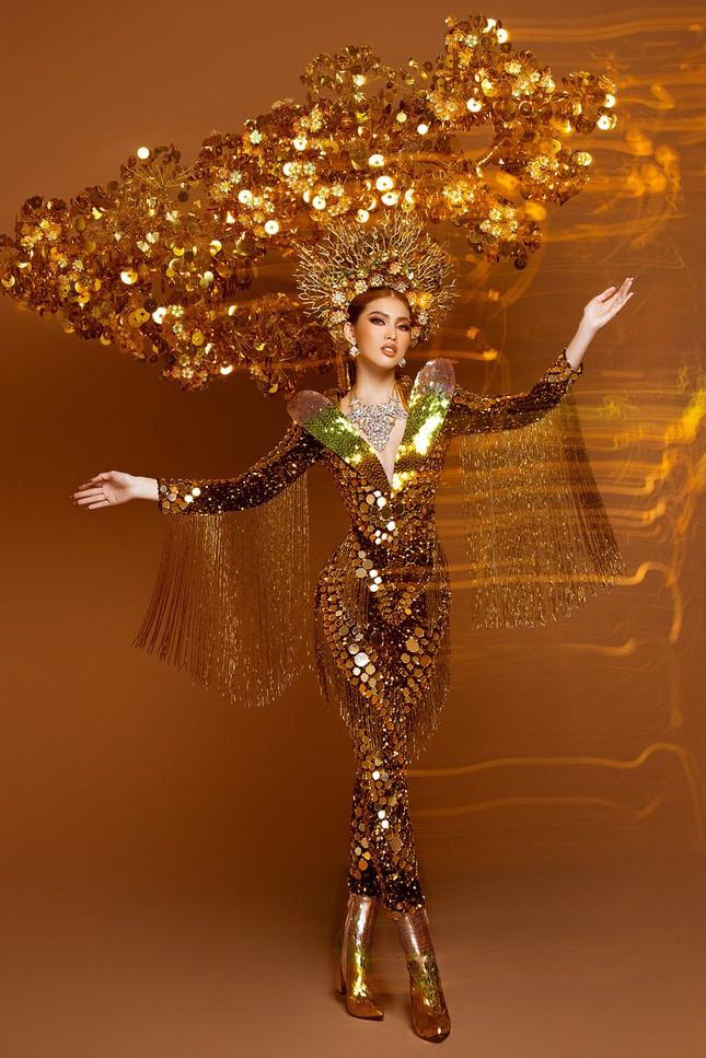 Hé lộ trang phục dân tộc nặng 30 kg cực lộng lẫy của Ngọc Thảo tại Miss Grand ảnh 1