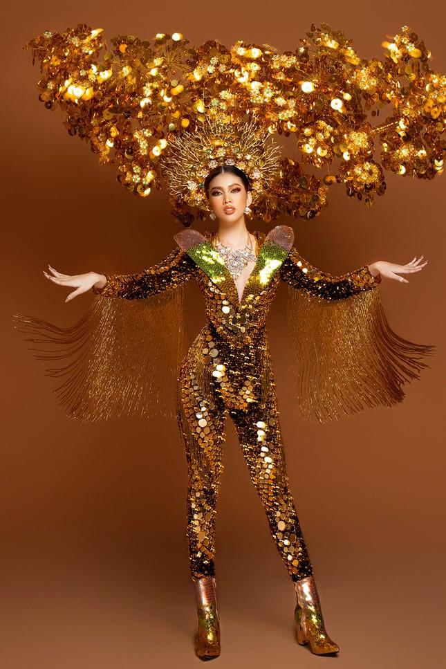 Hé lộ trang phục dân tộc nặng 30 kg cực lộng lẫy của Ngọc Thảo tại Miss Grand ảnh 7