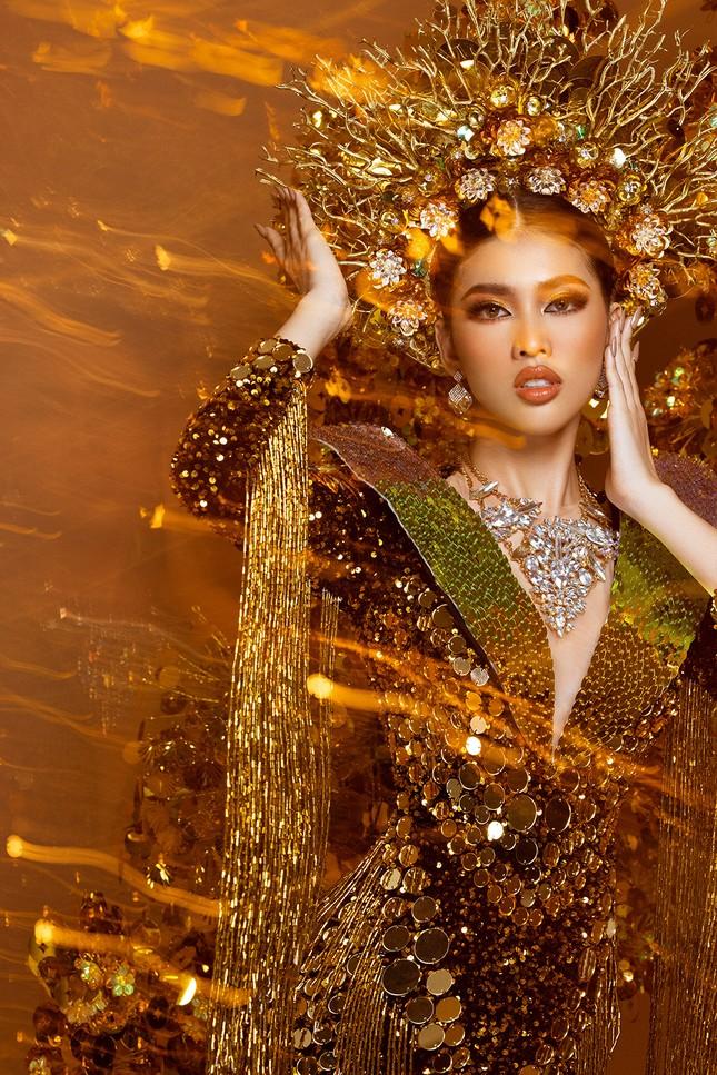 Hé lộ trang phục dân tộc nặng 30 kg cực lộng lẫy của Ngọc Thảo tại Miss Grand ảnh 9