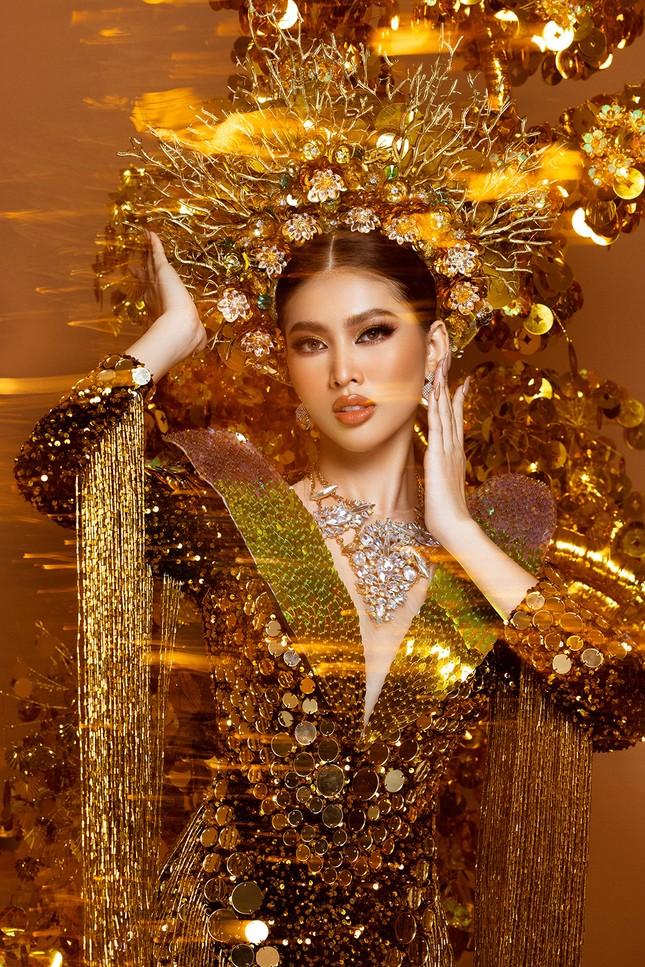 Hé lộ trang phục dân tộc nặng 30 kg cực lộng lẫy của Ngọc Thảo tại Miss Grand ảnh 10