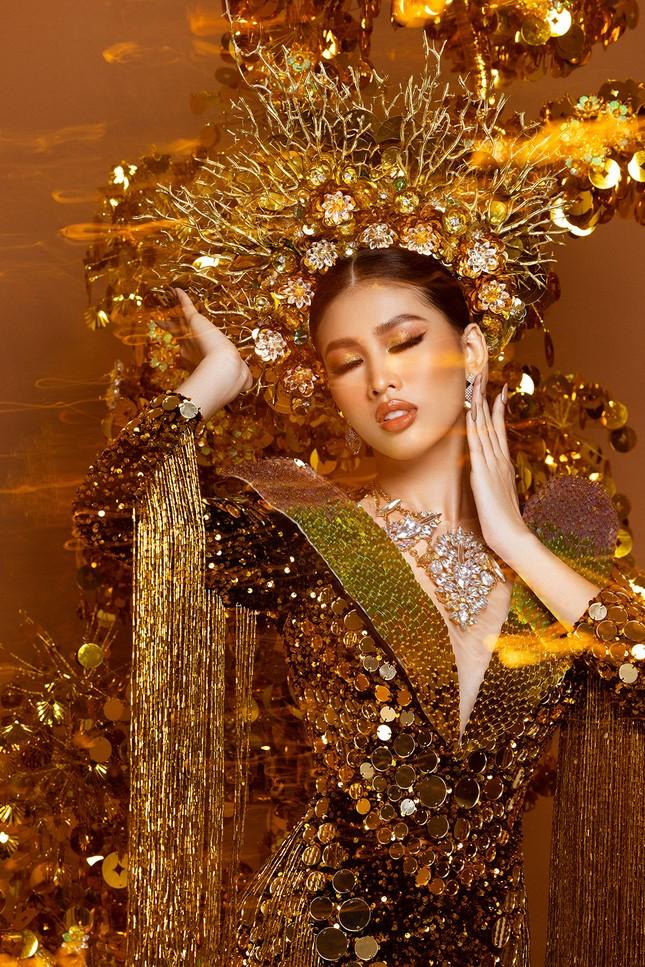 Hé lộ trang phục dân tộc nặng 30 kg cực lộng lẫy của Ngọc Thảo tại Miss Grand ảnh 2