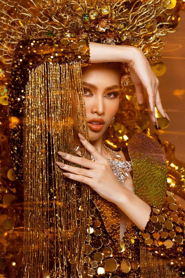 Hé lộ trang phục dân tộc nặng 30 kg cực lộng lẫy của Ngọc Thảo tại Miss Grand ảnh 3