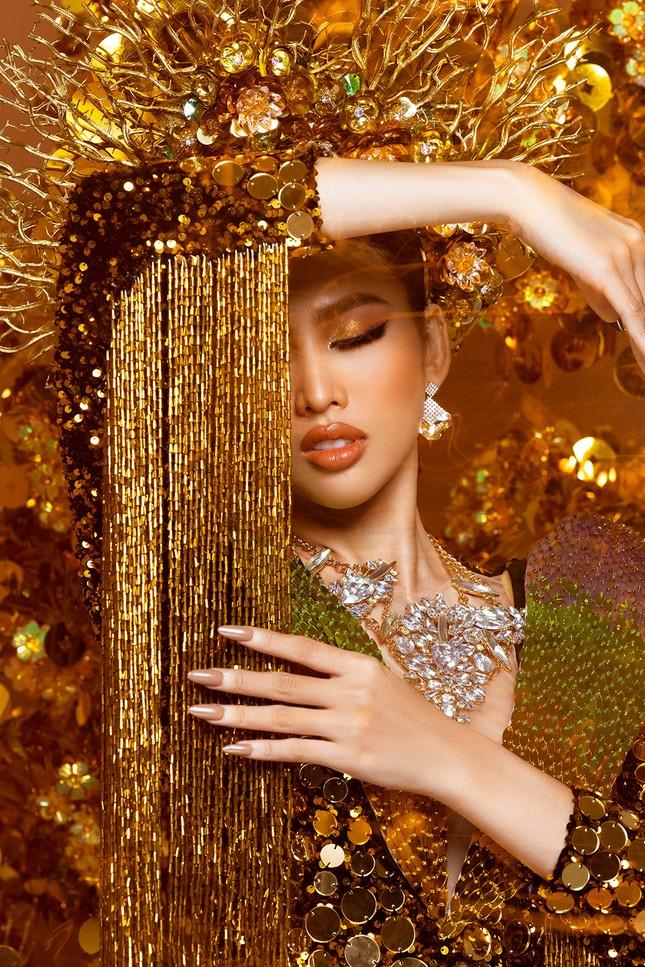Hé lộ trang phục dân tộc nặng 30 kg cực lộng lẫy của Ngọc Thảo tại Miss Grand ảnh 4
