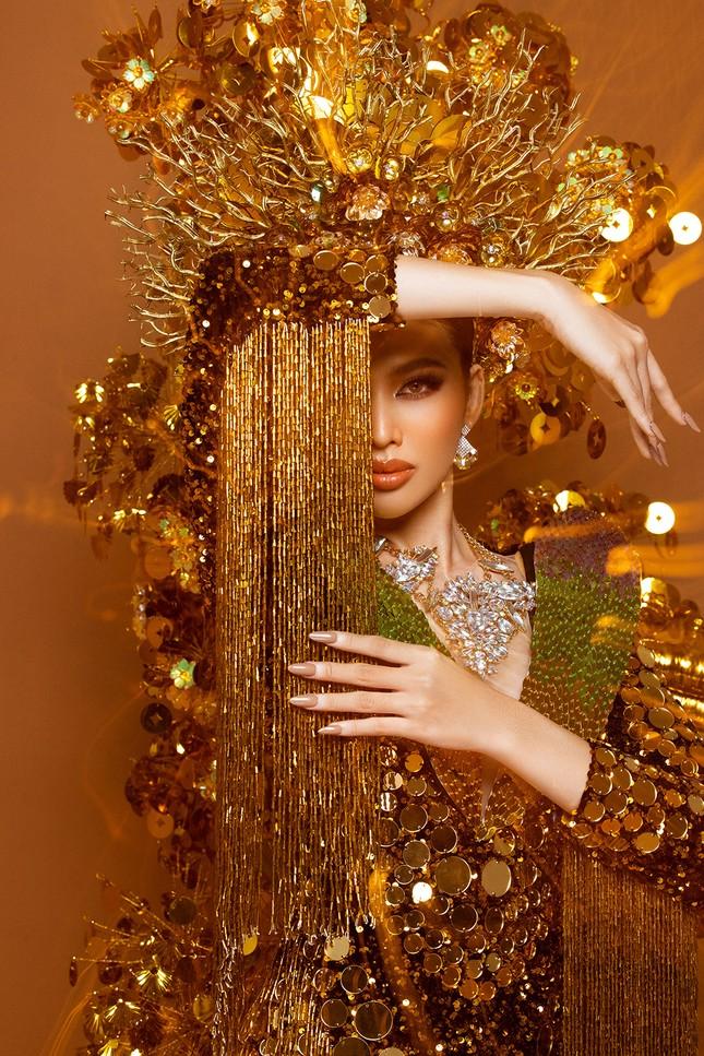 Hé lộ trang phục dân tộc nặng 30 kg cực lộng lẫy của Ngọc Thảo tại Miss Grand ảnh 5