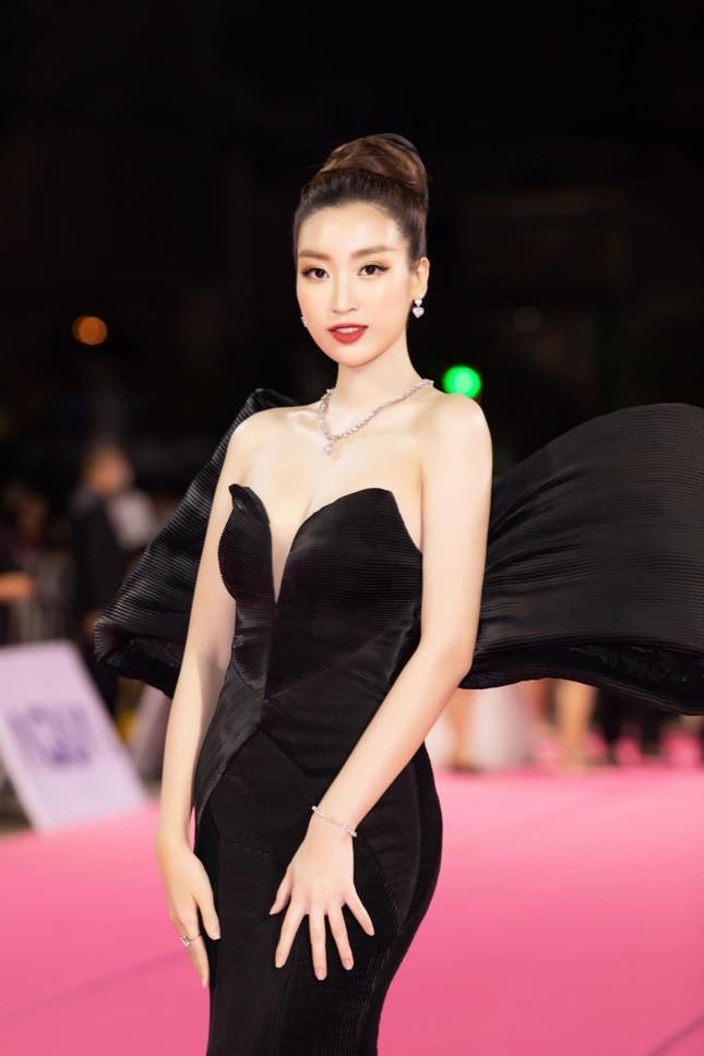 Gu thời trang 'thăng hạng' ngày càng nóng bỏng, táo bạo của Hoa hậu Đỗ Mỹ Linh ảnh 11