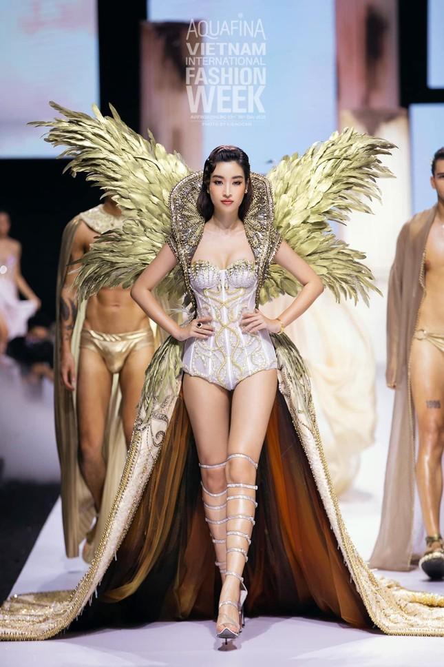 Gu thời trang 'thăng hạng' ngày càng nóng bỏng, táo bạo của Hoa hậu Đỗ Mỹ Linh ảnh 15