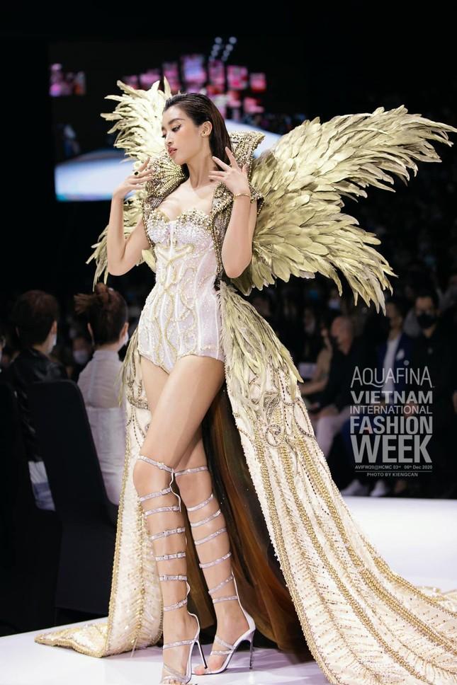 Gu thời trang 'thăng hạng' ngày càng nóng bỏng, táo bạo của Hoa hậu Đỗ Mỹ Linh ảnh 14