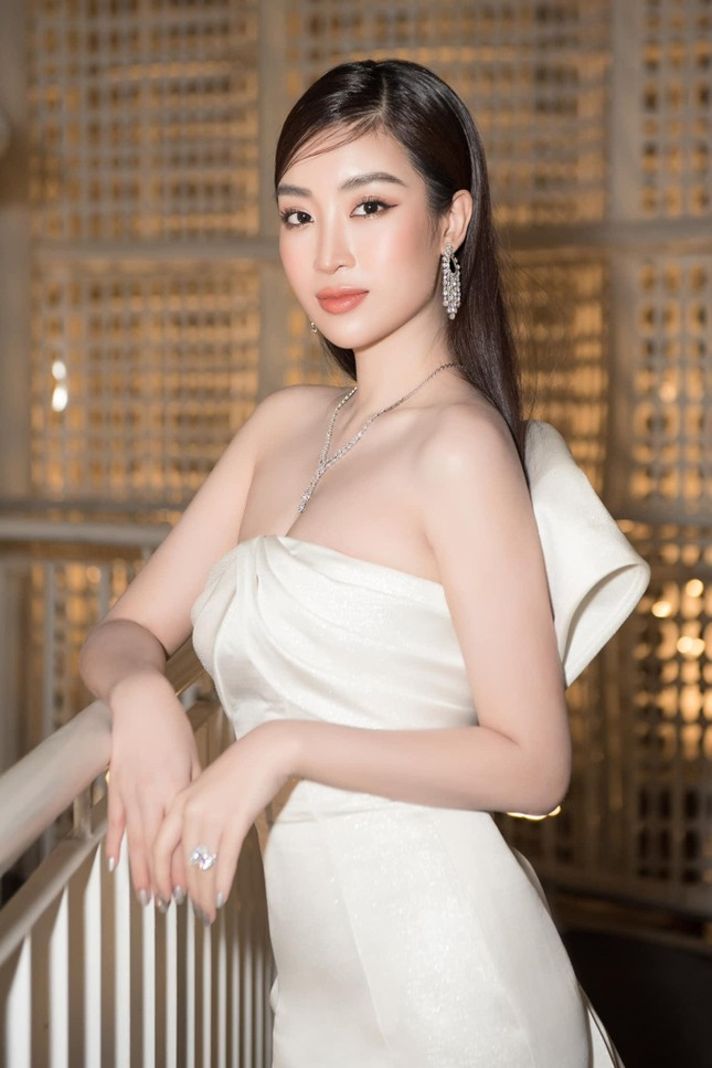 Gu thời trang 'thăng hạng' ngày càng nóng bỏng, táo bạo của Hoa hậu Đỗ Mỹ Linh ảnh 12