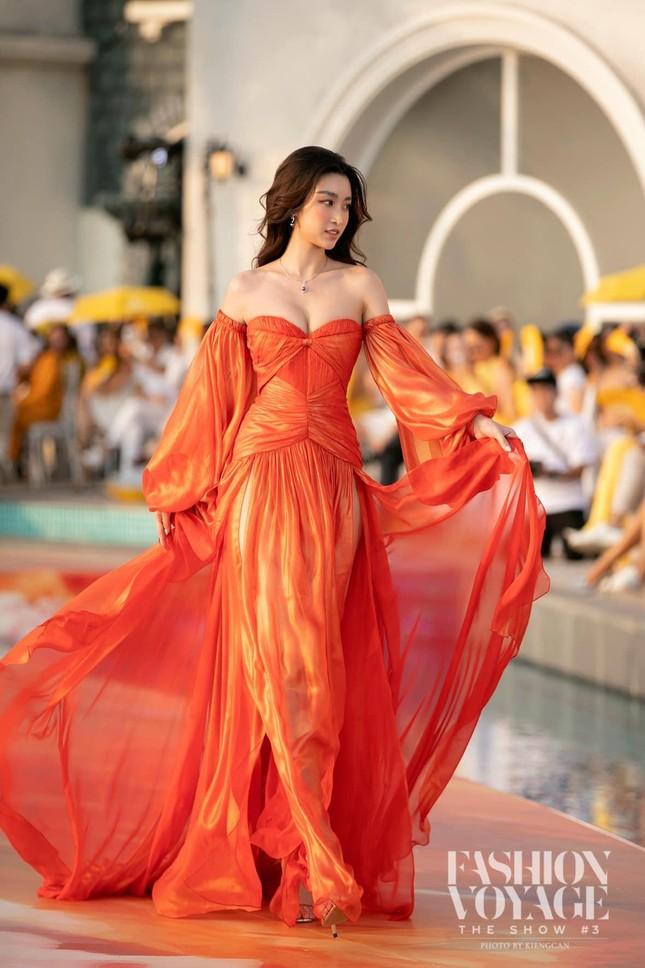 Gu thời trang 'thăng hạng' ngày càng nóng bỏng, táo bạo của Hoa hậu Đỗ Mỹ Linh ảnh 5