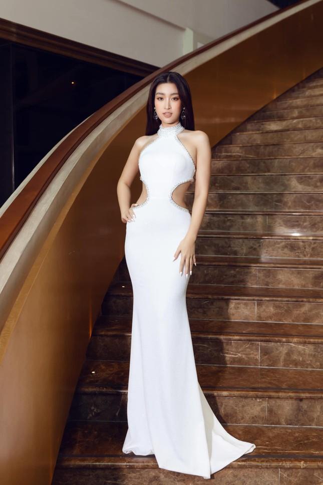 Gu thời trang 'thăng hạng' ngày càng nóng bỏng, táo bạo của Hoa hậu Đỗ Mỹ Linh ảnh 2